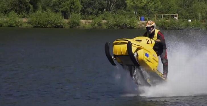 Pour se mettre dans l'ambiance des courses de motoneiges sur l'eau.
